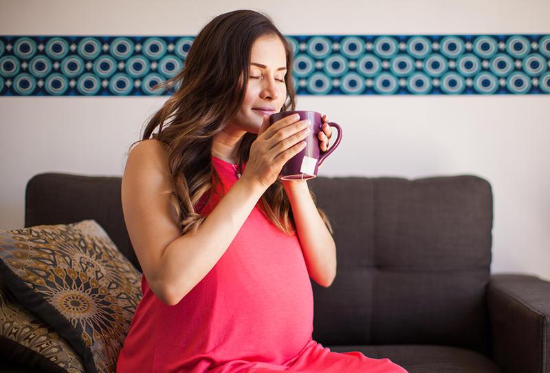 هل يمكنني شرب الشاي الأخضر أثناء الحمل وهل هو آمن للحامل والجنين؟
